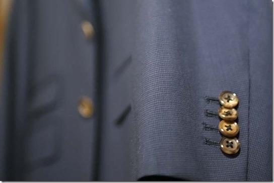 スーツの袖、茶色の水牛ボタン