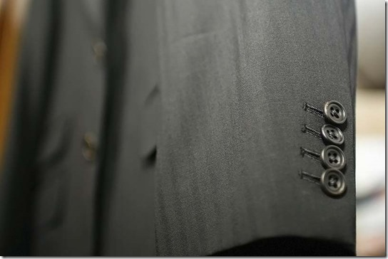 スーツの袖ボタン(水牛ボタン)
