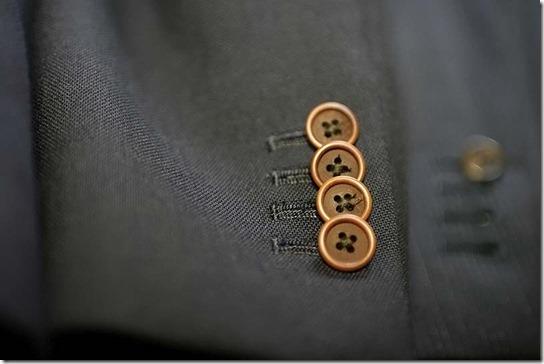 ジャケットの袖、茶色のナットボタン