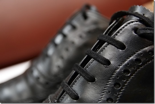 黒い革靴の靴ひも、アイレット