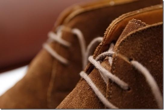 茶色のスエードブーツの靴ひも、アイレット