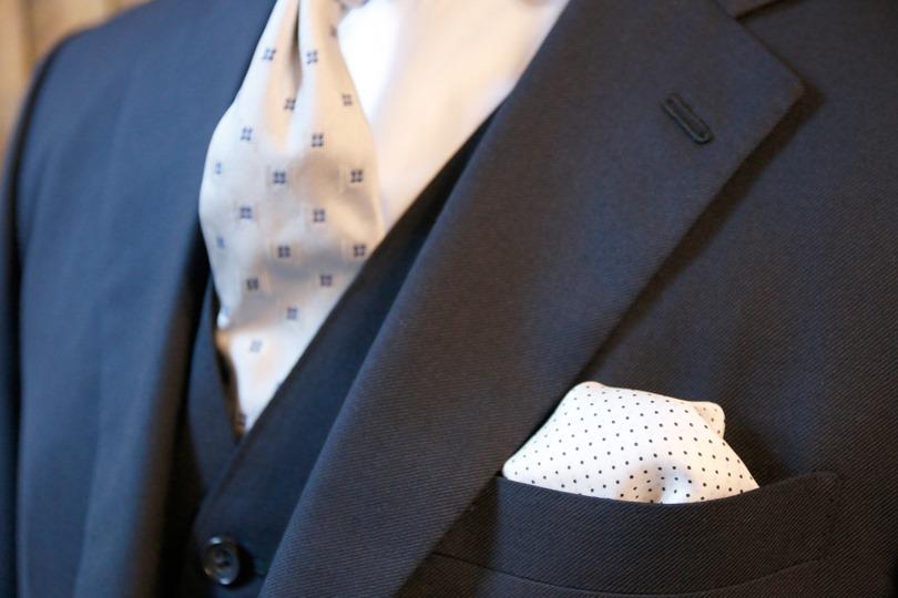 なせ結婚式にボタンダウンシャツは相応しくないとされているの?
