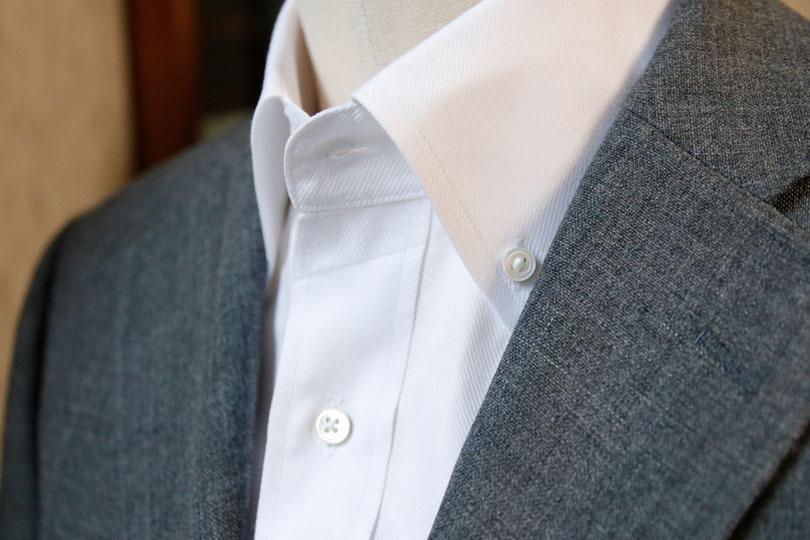 ボタンダウン(button,down)とは「ボタン留め」という意味で、襟をボタン留めにしたものをボタンダウンカラー、その襟を採用したシャツを ボタンダウンシャツといい