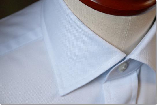 水色のシャツの襟
