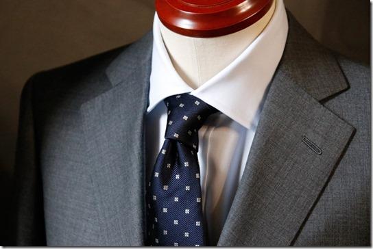 鎌倉シャツのネクタイとシャツにジャケットを着せたところ