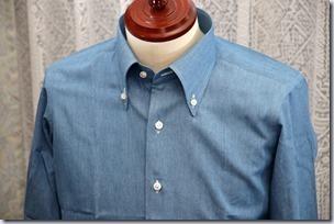 水色のデニムシャツ