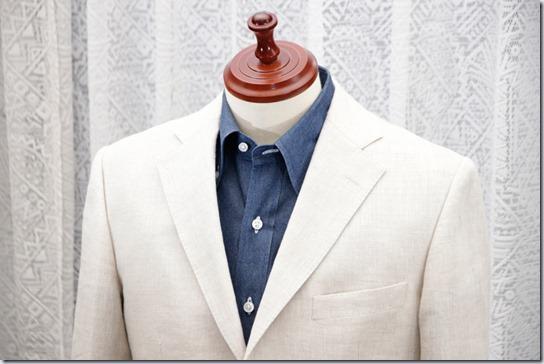 紺のデニムシャツと白いジャケット