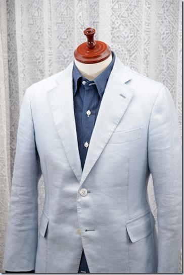 紺のデニムシャツに水色のジャケット