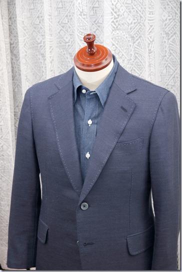 紺のジャケットに紺のデニムシャツ