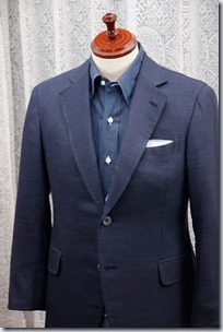 紺のデニムシャツに紺のジャケットとポケットチーフ