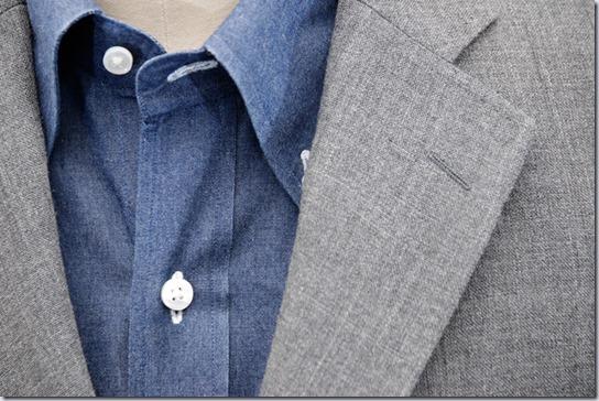 紺のデニムシャツにグレイのジャケット