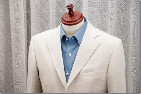 水色のデニムシャツと白いジャケット