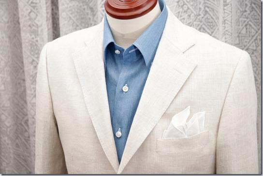 水色のデニムシャツと白いジャケットにポケットチーフ