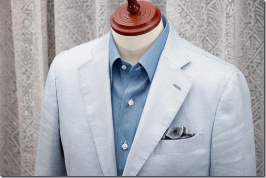 水色のデニムシャツに水色のジャケットとポケットチーフ