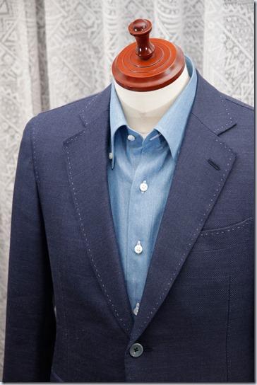 水色のジャケットに紺のジャケット