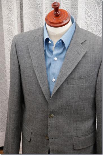 水色のデニムシャツにグレイのジャケット
