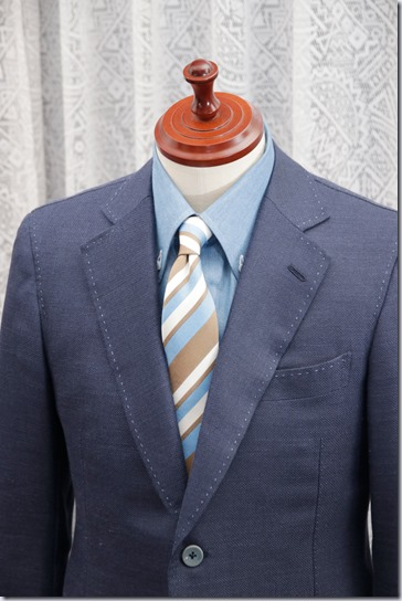 水色のデニムシャツに紺のジャケットとストライプのネクタイ