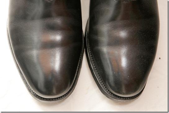 黒い革靴のつま先