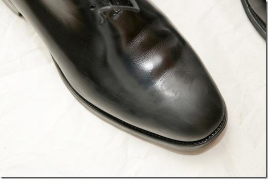黒い革靴にワックスをつけたところ