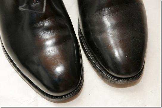 黒い革靴を磨いているところ