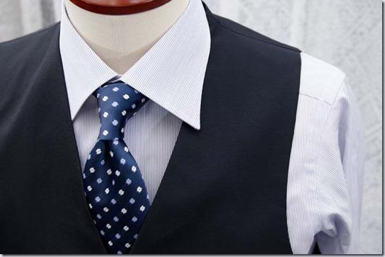 ウェストコート(ベスト)の襟から、シャツ襟が出てしまう例