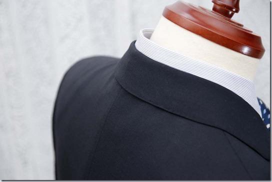 スーツの首筋