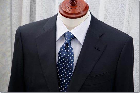 フェールムラカミのシャツにスーツを着せた状態