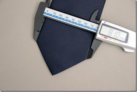 ネクタイの幅を計測しているところ