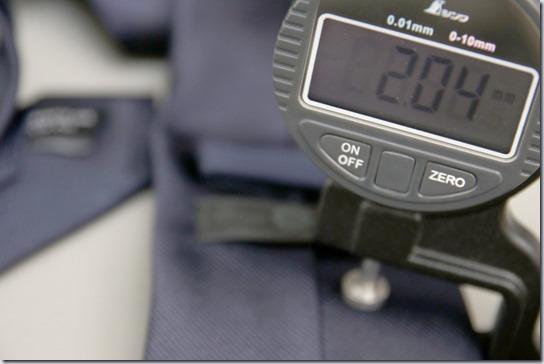 ネクタイの厚さを計測しているところ