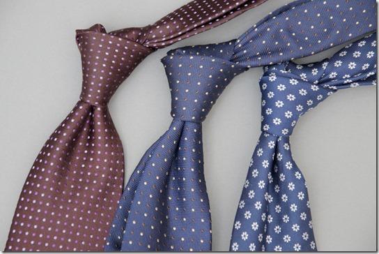 えび茶と紺色のネクタイ