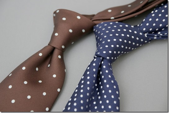 茶色と紺色のドット柄ネクタイ