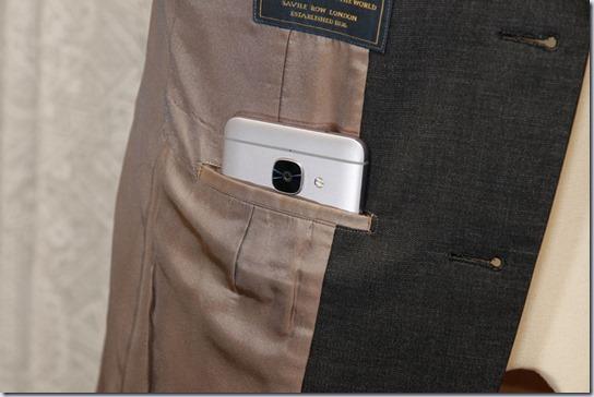 スーツのたばこポケットにスマホを入れたところ