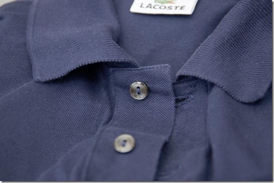 ラコステのポロシャツの黒蝶貝ボタン